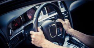 نکات ایمنی رانندگی در باران: اصول گرفتن دو دستی فرمان حین رانندگی