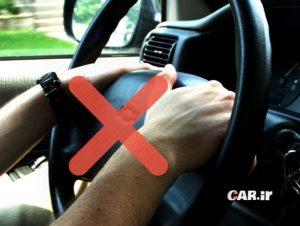 نکات ایمنی رانندگی در باران: اصول گرفتن فرمان حین رانندگی